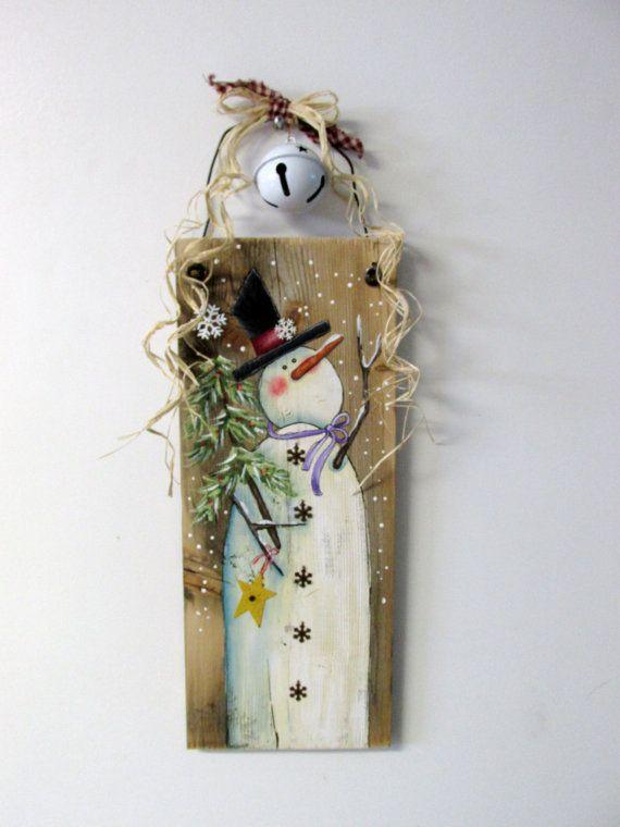 Bois de grange récupéré avec bonhomme de neige peint main, scène dhiver, bonhomme de neige avec des flocons de neige, Tole peinte, rustique et Primitive Snowman, hiver  Ce bonhomme de neige fantaisiste avec son arbre à feuilles persistantes accueillera toute hiver temps invités ! Cette conception est basée sur un modèle de peinture de tole de Shara Reiner. Il a été adapté et adapté pour répondre à un vieux morceau de bois de grange recyclée. Le bois de la grange mesure 28 1/2 pouces de…