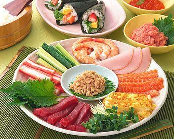 自分で好きなネタを巻いて食べる手巻き寿司は家で食べるごはんでもワクワクするものですよね。そんな手巻き寿司のネタをご紹介。(銀座の寿司)