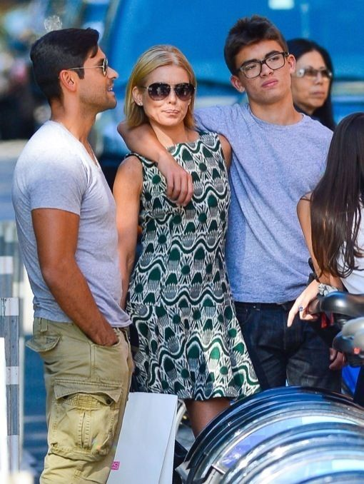 Kelly Ripa & Family Shopping And Eating In New York. Love her sassy new 'do!
