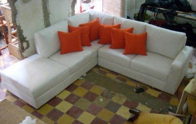 Sofa esquinero color blanco y cojines naranjas encu ntralo for Sofa piel esquinero