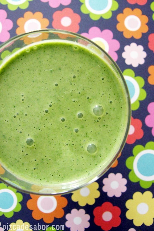 Delicioso y saludable smoothie de kale, plátano y crema de cacahuate, ideal para el desayuno o media tarde.