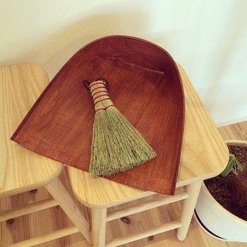 白木屋さんでは、箒以外ではちりとりのお取扱いもあります。和紙に柿渋を塗って作ったちりとりです。紙だからとても軽く、静電気がおきないのでゴミや埃がへばり付かないのが特徴です。