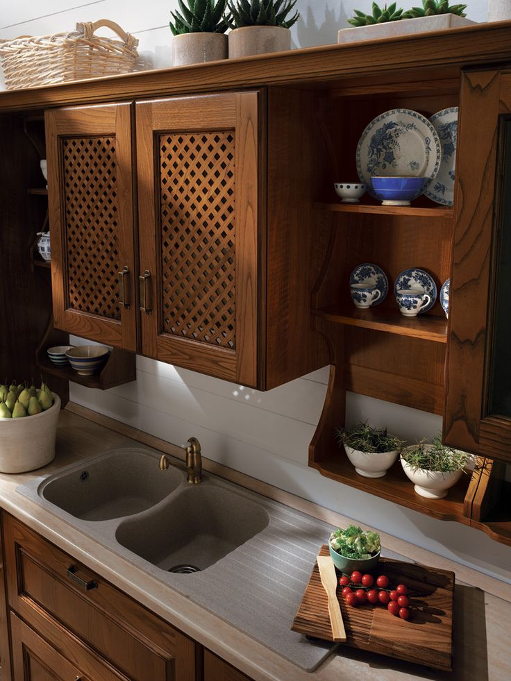 Exquisite contents and details that speak of the creativity and quality of this all-Italian kitchen in traditional mood.