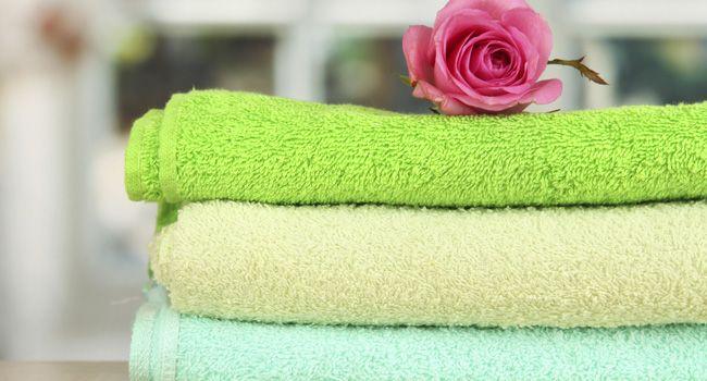 Para deixar as toalhas de banho mais absorventes com o truque do vinagre branco você deve adicionar 1 xícara do produto na máquina de lavar com ciclo regular. O ácido do vinagre vai quebrar minerais, sal e outros produtos químicos que se acumularam em suas toalhas, deixando o tecido mais absorvente.