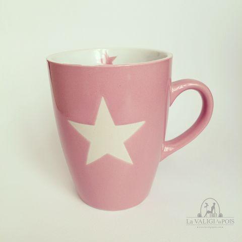 Mug rosa in ceramica decorata con stella bianca esterna e piccola stella rosa all'interno.