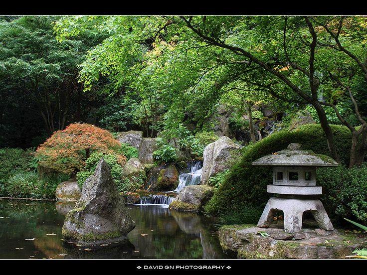 японский сад. фонарь на переднем плане, все его ярусы - отдельные камни, держатся под собственным весом