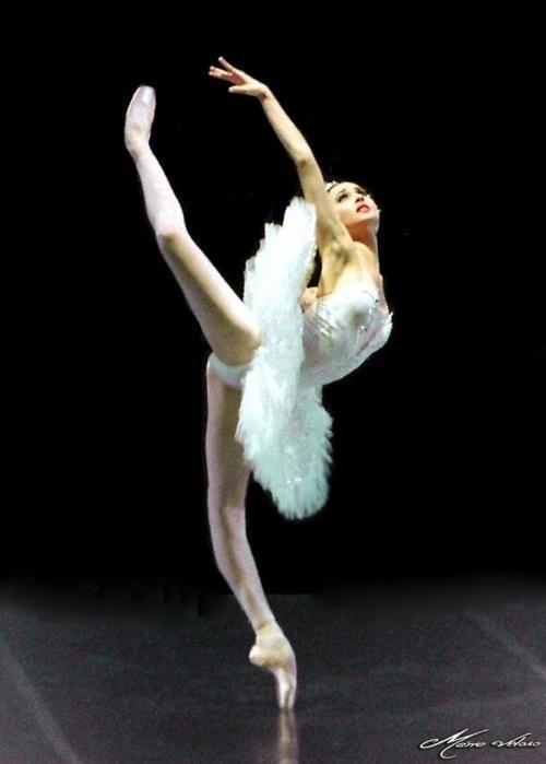 Esto es perfección pura. que pie, que elasticidad, que postura!!