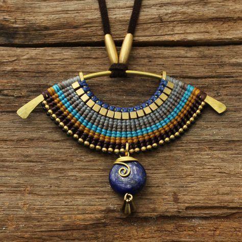 Tejido collar tribal con lapislázuli en colgante por cafeandshiraz