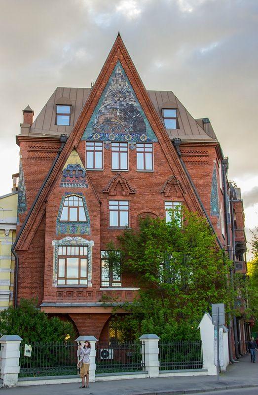 """В 1907 г. недалеко от храма Христа Спасителя вырос дом Перцова. """"Дом-сказка"""", оформленный в древнерусском стиле."""