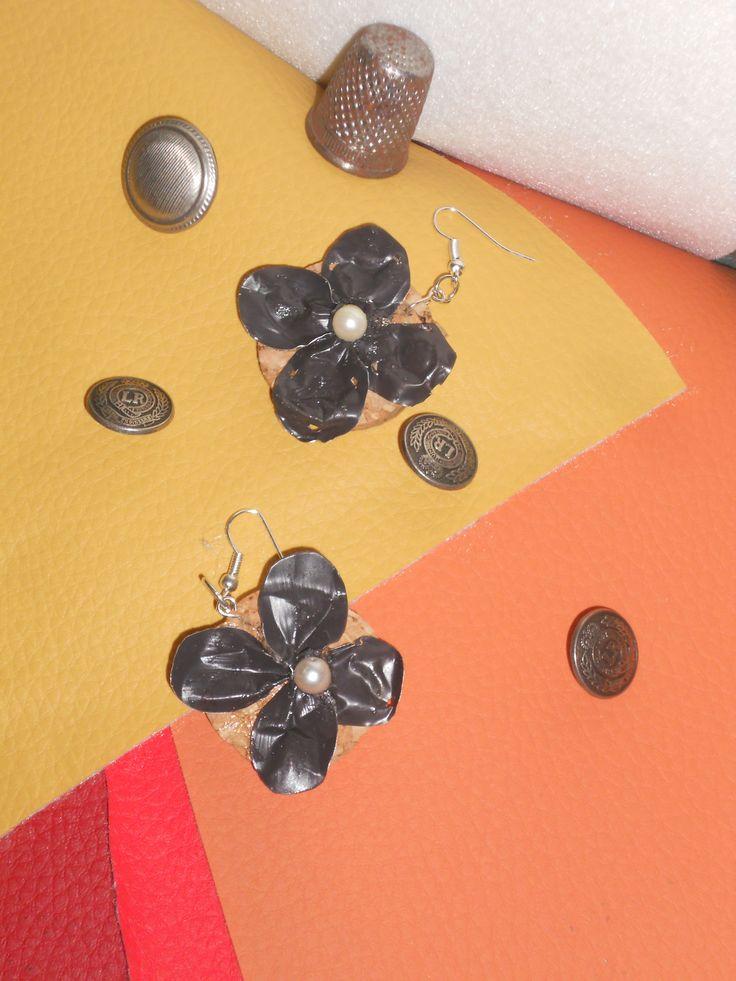 orecchini creati su dei pezzetti di sughero, con pezzi di cialdine caffe