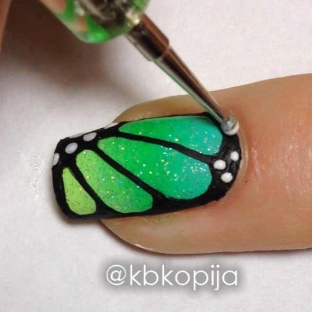 ▶️ Butterfly Tutorial From my Mani Swap with @adibuki Tips: 1⃣ I used @chinaglazeofficial colors for the gradient, details in previous post 2⃣ I used china glaze Fairy Dust to blend the gradient 3⃣ Black acrylic paint for the outline 4⃣ Dotting tool with Essie Blanc for white dots Song: Under Control by Calvin Harris & Alesso