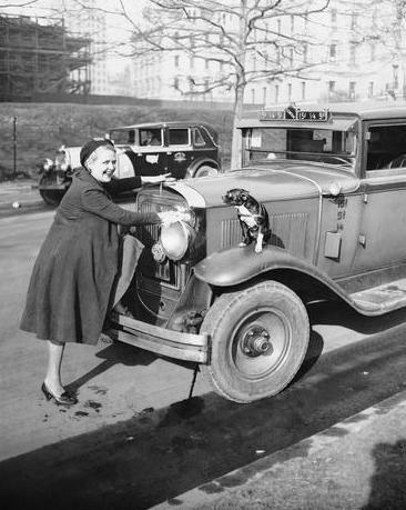 1932 год. Единственная женщина-таксист Нью-Йорка Леона Марш и её собачка Хотси.  #история #США #Америка #НьюЙорк