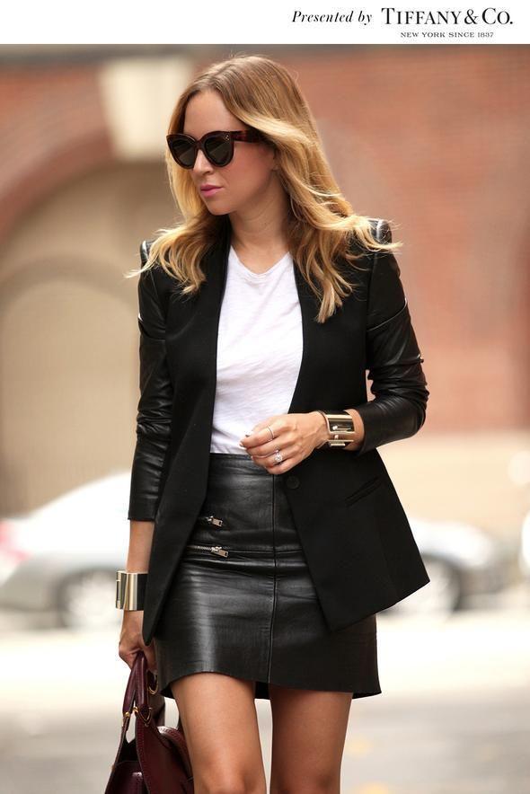 Falda de piel con corte vertical para estilizar la figura. El blazer añade el toque sofisticado a la camiseta básica. Si, además es del mismo color que la falda aún te verás más estilizada por las líneas verticales.