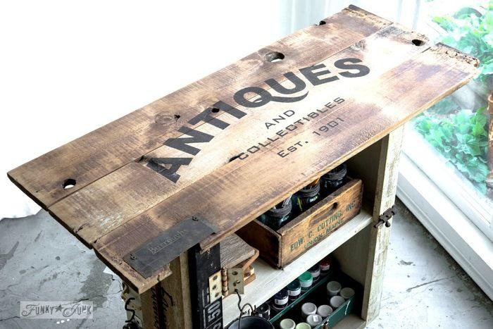 古いクレートボックスをリメイクした棚にステンシルでアクセント。既にデザインされているステンシルシートを使えば、簡単に手持ちの雑貨や家具をヴィンテージスタイルにリメイクできます。