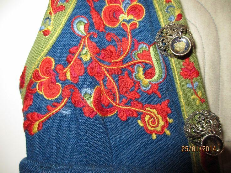 Flott Øst Telemark bunad str. 40/42. Mørk blå. Passer til person høyde 170 - 176 cm. Pent brukt - ikke brukt siste 6 år. Dette medfølger: - Jakke og veske m/veskelås - Brodert skjorte (ekstra skjorte kan medfølge) - Belte - Hårbånd - Diverse søljer, mansjettknapper m.m. Bunaden er sydd av originale materialer.