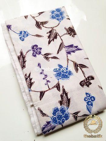 Kain Batik Tulis Motif Kembang Rambat Biru Latar Putih | #Indonesia Traditional #Batiks Tulis #Design. Hand-dyed #Fabric #Textiles Process http://thebatik.co.id/kain-batik-bahan/batik-tulis/