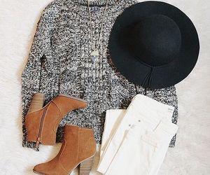fehér nadrág,barna csizma,szürke pulcsi/felső/póló.A cipő lehet balerina,vagy lapos fűzős