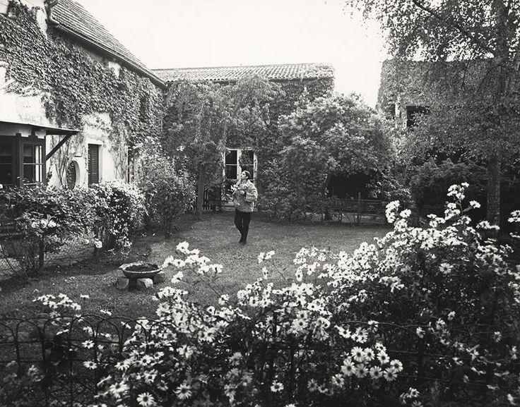 Barbara dans son jardin à Précy-sur-Marne, à l'automne 1989 © Marcel Imsand, Association Barbara Perlimpinpin