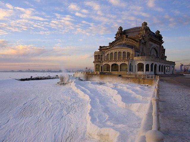 El Casino Constanța es un casino en Constanza, Rumanía, localizado en el Bulevar Elisabeta 2 en la costa del Mar Negro. Considerado un símbolo de la ciudad, su estilo es el Modernismo según los planes de Daniel Renard, quien lo inauguró en agosto de 1910