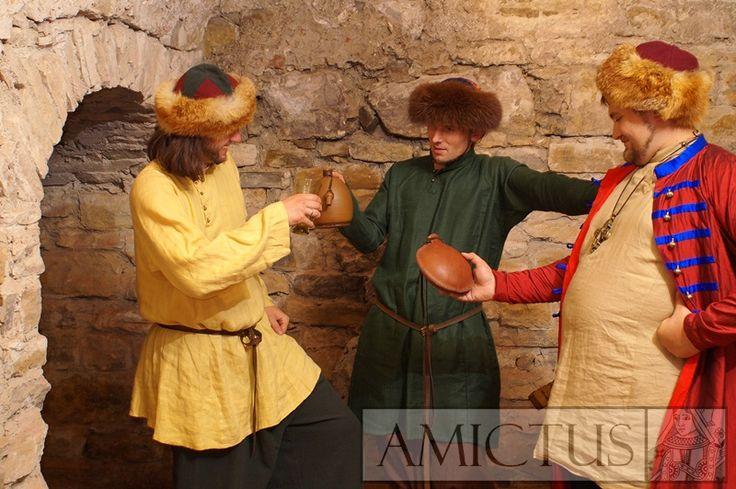Długa, lniana koszula męska (ros. soroczka, rubacha), noszona na wschodzie od X wieku. Rekonstrukcja oparta min. na znaleziskach archeologicznych z miasta Suzdal w Rosji