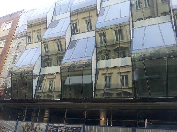 Futurystyczna szklana ściana na Chmielnej. Pasuje tu?