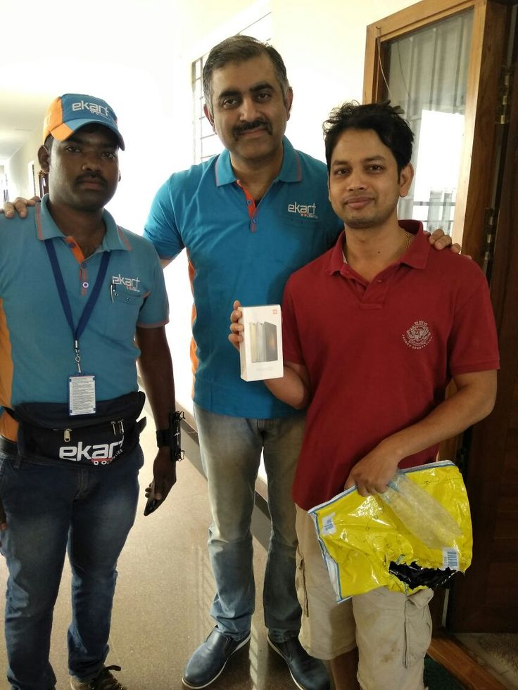 Flipkart leaders deliver the first batch of packages to customers!