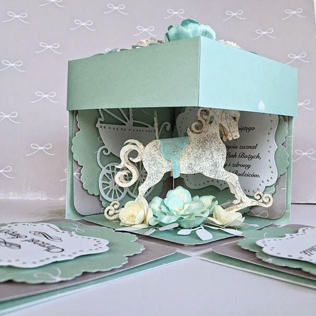 Miętowe pudełko Exploding box na Chrzest Święty. W śrdoku konik na biegunach ozdobiony pastą brokatową i kwiatami z papieru. Scrapbooking, cadmaking, scrap, handmade, pony,