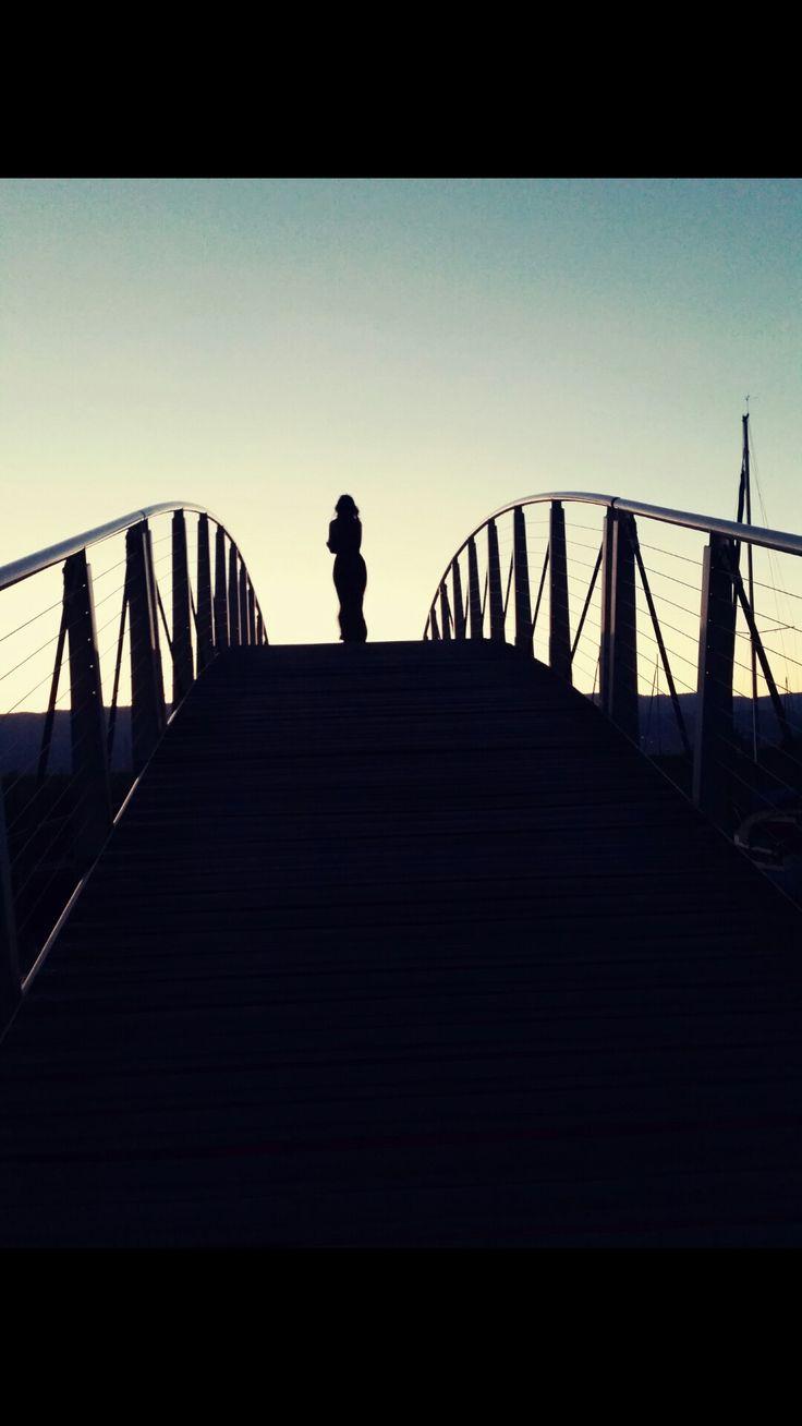 Stelle dich auf eine Brücke neige deine Kamera/Handy so das dass Bild langsam schwarz wird🌌(auf den Winkel kommt's drauf an)😉