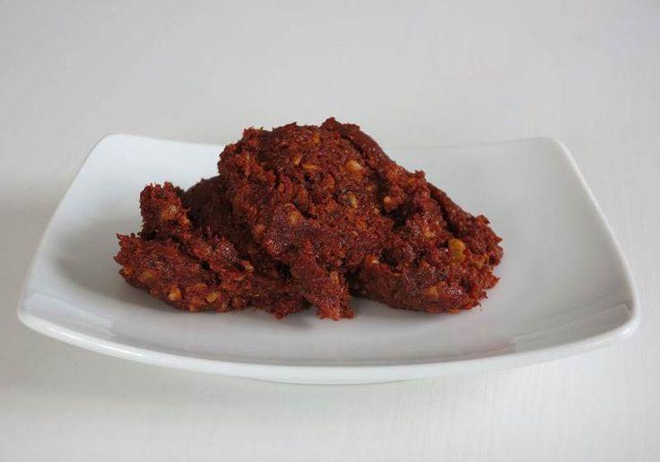 Acıka - Mine Akgün #yemekmutfak.com Acıka veya acuka, Kafkas kökenli, Çerkes mutfağında bolca kullanılan ekmeğe sürülerek yenilen çok lezzetli bir kahvaltılıktır. Yörelere göre içinde kullanılan baharatlar değişiklik gösterir. Kullandığınız salçanın lezzetli bir ev salçası olması çok önemli. Güzel bir salçayla yapılan acıkanın tadına doyum olmaz.