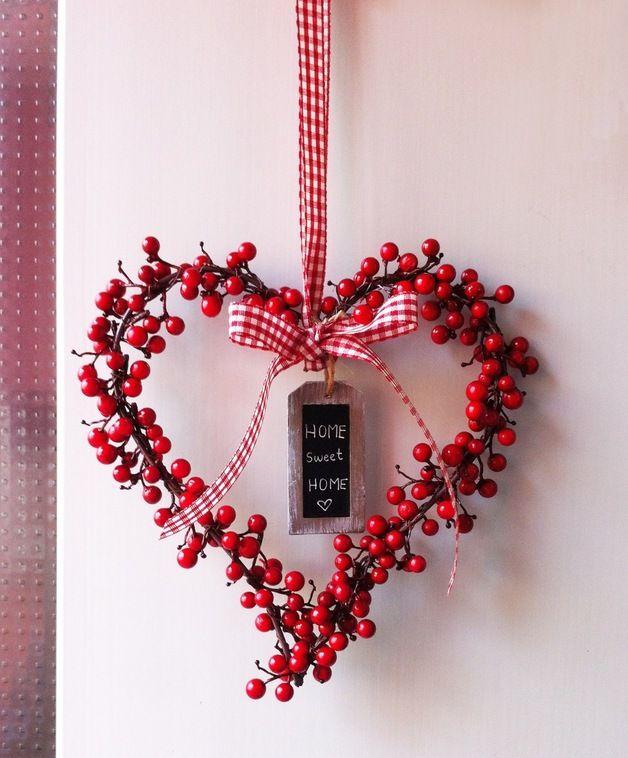 """So sweet... ist dieser Türkranz in Herzform aus lauter roten Beeren.  Mit einem handgebundenen Schleifenband in Rot-Weiß-kariert und hübschem Holztäfelchen im Shabby Look, das wir mit """"Home sweet..."""