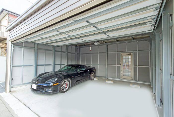 愛車2台分が楽々入るガレージ お休みの日はシャッターを開けてお日様の光を浴びながらお車のメンテナンスをするのも 大人の時間の過ごし方ですね コンテナホーム ガレージのデザイン ガレージ