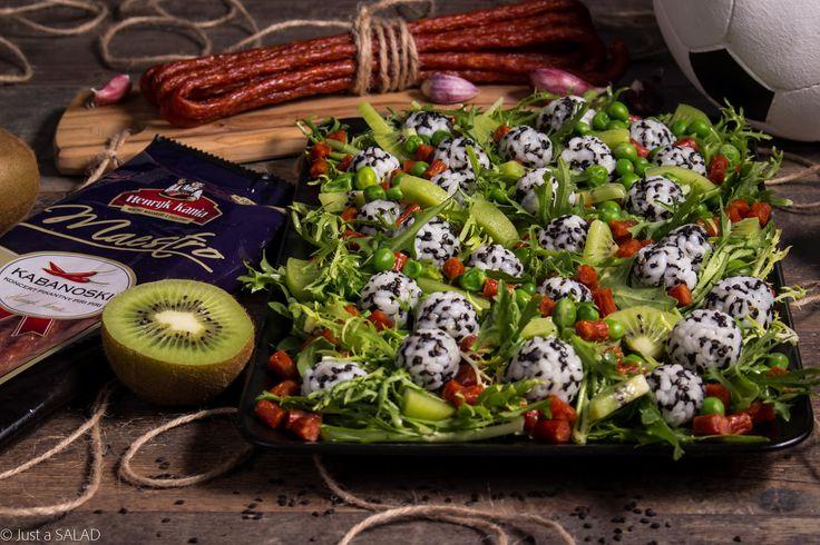 PIERWSZA LIGA. Sałatka z ryżowymi piłeczkami i sezamem, kabanosami piri piri, kiwi, zielonym groszkiem, endywią oraz rukolą.