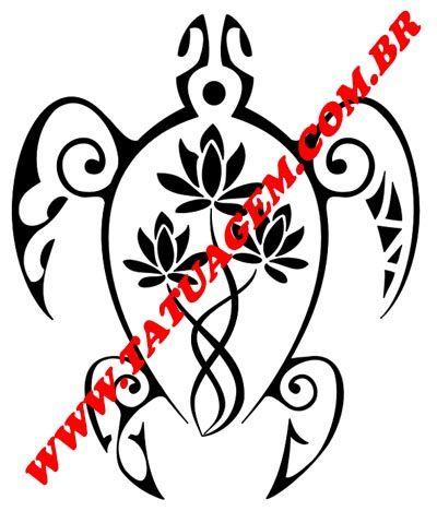 Maori - Tartaruga - União Familiar. A tartaruga simboliza a família. As flores de lótus representam os filhos (que entrelaçadas traz o significado de superar todas as dificuldades sempre juntos). A metade direita representa o pai (dentes de tubarão significa resistência, adaptabilidade,prosperidade e abundância). A metade esquerda representa a mãe (ondas representam mudança, fertilidade) . O ponto central é onde todos os elementos se encontram e indica que a família é o centro em suas vidas.