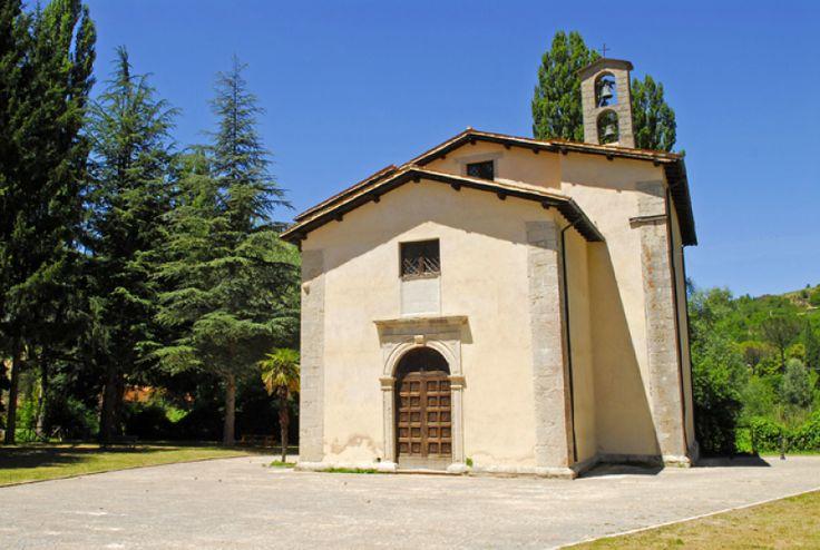 Borgo Preci, la chiesa di Santa Maria della Peschiera sulla riva sinistra del fiume Campiano.