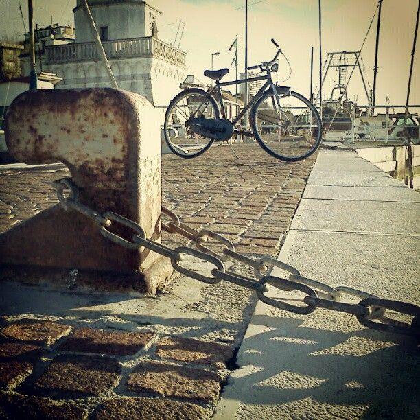 Ci son giorni che si sta meglio con le mani sporche di grasso di bicicletta,e con la sabbia nelle scarpe anche d'inverno