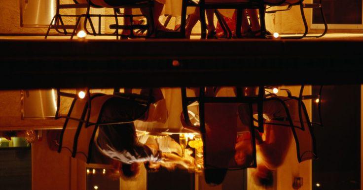 Razones para no comprar calentadores de gas para el patio. Poner un calentador de gas en tu patio dará calor que permitirá usar el espacio exterior durante la primavera y el verano cuando de otra forma estarías forzado a permanecer adentro. También puede hacer las tardes de verano más cómodas y crear un elemento decorativo, dependiendo del modelo que elijas. Sin embargo, también hay razones por las cuales ...