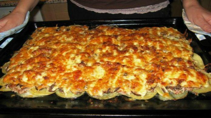 Zapečené mleté maso s brambory, smetanou a cibulí!