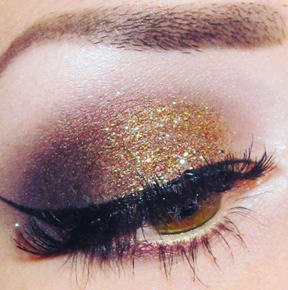 Un smoky doré pour un maquillage de Noël au top #beauté #maquillage #fete #eyeliner #paillettes #monvanityideal
