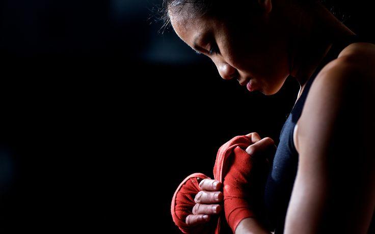 Девушка кикбоксер готовится к бою