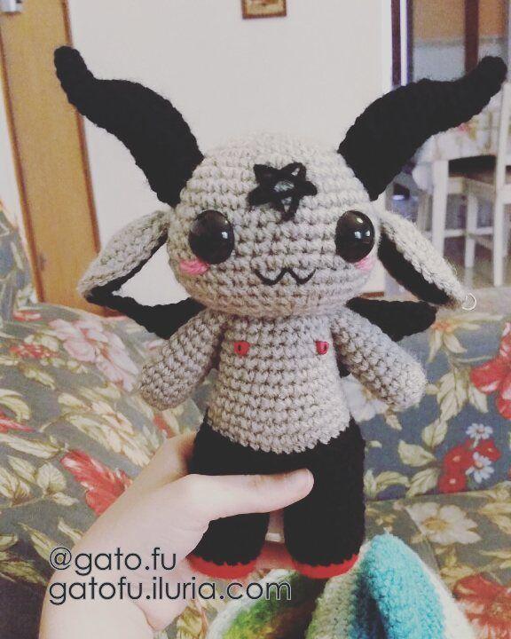 Baphomet originalmente não tem o pentagrama invertido mas o cliente pediu e pedido de cliente é ordem. #baphomet #amigurumi #gatofu #crochet #kawaii #cute #ocult #satanism by gato.fu