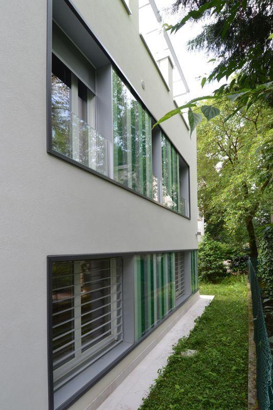 #Restauri e ristrutturazioni - #Riqualificazione #abitazione unifamigliare - #Treviso. Dettaglio serramenti: inferriate al piano terra, parapetto in vetro trasparente al piano primo e inserti in vetro colorato fra aperture