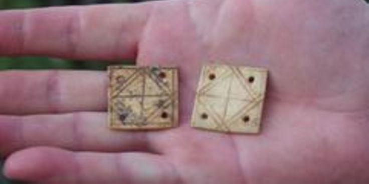 Rund drei mal drei Zentimeter groß sind diese beiden verzierten Knochentäfelchen, die in der Kaiserzeit, vor rund 1 800 Jahren, für die Brettchenweberei benutzt wurden. (MZ-Foto: sro)