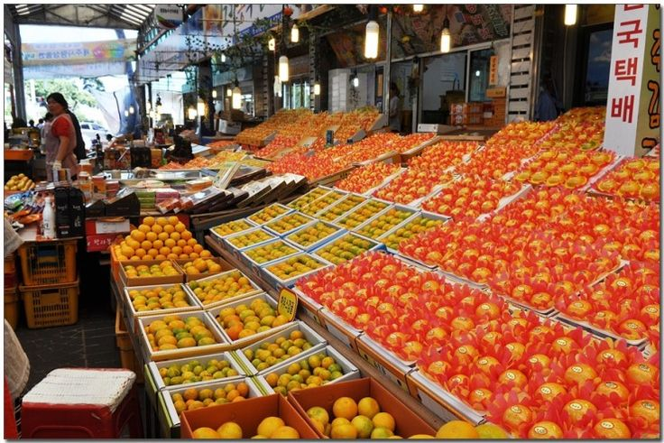 Since the market is located close to Jeju port and Jeju International Airport (20 minutes by bus), Dongmun market is a perfect place for tourists to swing by for last-minute purchase.
