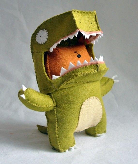 gato de fieltro disfrazado de dinosaurio - Felt Dinosaur Cat