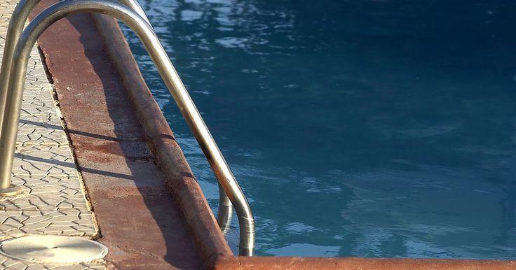 Como remover vidro de uma piscina. Se você dá festas frequentemente ao redor da sua piscina, provavelmente usará uma louça de vidro, não copos e pratos de plástico. Inevitavelmente, alguém irá quebrar o vidro perto da piscina e os cacos irão espalhar-se na água, se o copo não caiu diretamente lá. Apesar do trabalho que dá limpar a bagunça, a única maneira de remover o vidro com ...