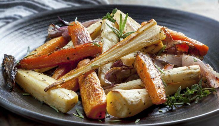 Laura Vitale roosterde groenten en maakte hiervan een lekker recept met bijpassend filmpje.  Verwarm deoven voor op 200-220 graden. Rasp en snijd...