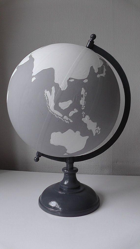 Diese wunderschöne handgemalte 8 Globus Ornament wird Hochzeit oder Zuhause einen schönen Touch hinzufügen. Ein wunderbarer Weg für Sie zu halten Erinnerungen an Ihren Gast beste Wünsche zu Ihrem besonderen Tag oder Schatz die Erinnerungen an Reisen!  Kugeln können nur weiß und hellgrau lackiert werden... oder eine Phrase / Namen können auf Anfrage hinzugefügt werden. Bitte senden Sie mir eine Nachricht mit Ihrer Bestellung.  Alle personalisierten Phrasen, Namen und Daten gelten, bitte Email…