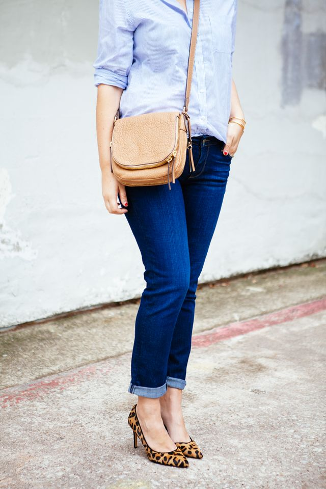 Loving the leopard heels with the neutral crossbag.