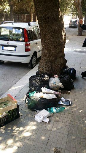 Lecce abbandona rifiuti per strada: rintracciato