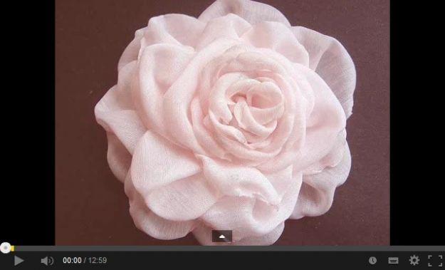 I fiori di stoffa sono davvero bellissimi, e realizzarli fai da te non è difficile, specialmente con l'ausilio di video tutorial come quelli che vi proponiamo noi. Buona visione!